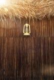 Lampe démodée de lanterne d'huile de kérosène de vintage avec le mur en bois âgé Photographie stock