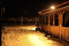 Lampe in einer Winternacht Stockfotografie