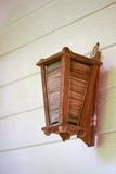 Lampe en bois sur le mur Photographie stock libre de droits