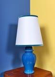 Lampe en céramique bleue avec l'abat-jour blanc Photos libres de droits