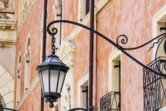 Lampe en métal de rue sur un fond de bâtiment de vintage images libres de droits