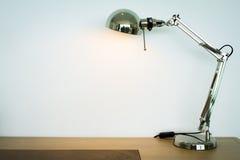 Lampe en métal sur le bureau en bois Image libre de droits