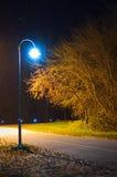 Lampe en stationnement vide la nuit Image libre de droits