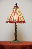 Lampe en verre souillé sur la table Image stock