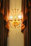 Lampe entre les rideaux Photo stock