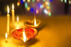 lampe et bougies dans l'obscurité Photos stock
