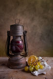 Lampe et fruits Photo stock