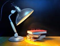 Lampe et livres de vintage photo stock