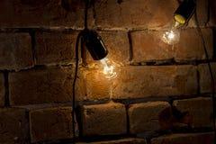 Lampe et lumière dans l'obscurité Image stock