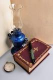 Lampe et montre de vieux livre photo libre de droits