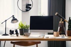 Lampe et ordinateur de bureau sur le bureau en bois dans le ` moderne s d'indépendant photos stock