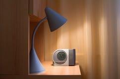 Lampe et réveil photographie stock libre de droits