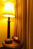 Lampe et table dans un hôtel Photographie stock libre de droits