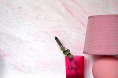 Lampe et verre roses avec des crayons Photos libres de droits
