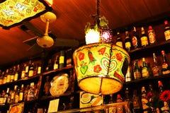 lampe et winebottles dans un cookshop Photographie stock libre de droits