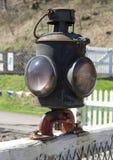 Lampe ferroviaire vieil en m?tal sur la porte photographie stock