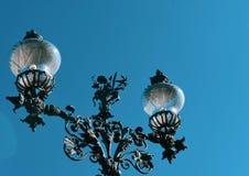 Lampe forgée sur le fond de ciel bleu images stock