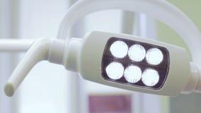 Lampe im Büro von Zahnheilkunde stock footage