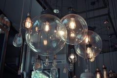 Lampe im dunklen Ton Stockfotos