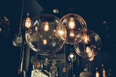 Lampe im dunklen Ton Stockbild