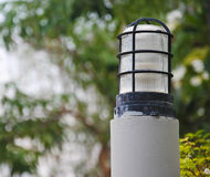 Lampe im Freien im Garten mit bokeh Hintergrund Lizenzfreie Stockfotos