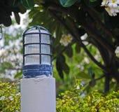 Lampe im Freien im Garten mit bokeh Hintergrund Stockfotos