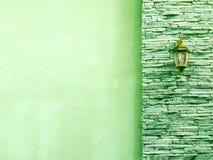Lampe im mittleren hellgrünen alten Stein bessert Wand am Recht aus Lizenzfreies Stockfoto