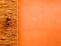 Lampe im mittleren orange alten Stein bessert Wand am links und am smoo aus Lizenzfreie Stockbilder