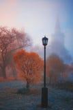 Lampe im Nebel Kirche, Fall Lizenzfreies Stockbild