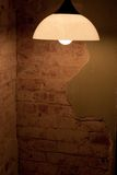 Lampe im schmutzigen Raum Stockbild