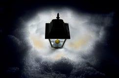 Lampe im Schnee stockfotografie