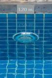 Lampe im Swimmingpool mit dem Warnzeichen, welches die Tiefe des Swimmingpools zeigt Lizenzfreie Stockfotografie