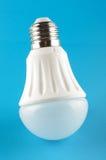 Lampe innovatrice de lumière de LED d'isolement sur le fond bleu Image libre de droits