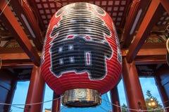 Lampe japonaise dans la porte au temple d'Asakusa à Tokyo, Japon Photos stock