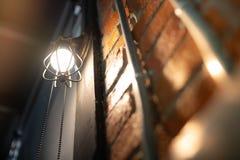 Lampe ?lectronique antique, lampe de mur rouge, lampe de haut mur, lumi?re molle Mur de briques rouge La cha?ne ouverte, arr?tent photo libre de droits