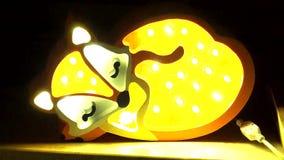 Lampe lumineuse originale de Fox tournant en marche et en arrêt dans la chambre noire clips vidéos