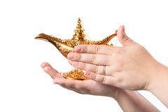 Lampe magique de frottement avec les mains femelles d'isolement sur le fond blanc concept pour le souhait, la chance et la magie image stock
