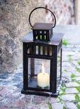Lampe mit brennender Kerze Stockfotografie