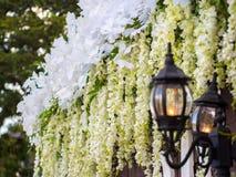Lampe mit Hochzeits-Blumen-Dekoration Stockfoto