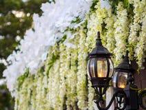 Lampe mit Hochzeits-Blumen-Dekoration Stockbilder