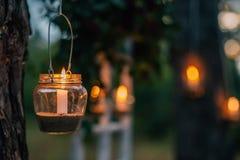 Lampe mit Kerze hängt an einem Baum nachts Nah heiraten Lizenzfreie Stockbilder