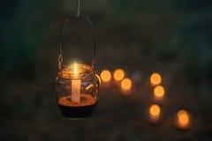 Lampe mit Kerze hängt an einem Baum nachts Nah heiraten Stockfotos