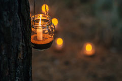 Lampe mit Kerze hängt an einem Baum nachts Nah heiraten Stockbild