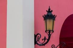 Lampe mit rosa Wand Stockfoto