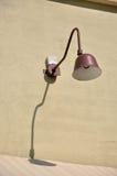 Lampe mit Schatten auf Wand Stockbild