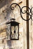 Lampe oder Laterne auf Blockhaus Stockfotos