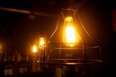 lampe orange dans un cadre en acier rond accrochant sur le plafond image stock