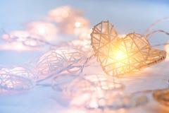 Lampe orange en pastel molle dans les paniers en bambou dans la forme de coeur Images stock