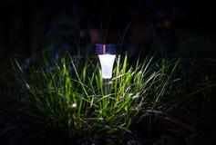 Lampe pendant la nuit images libres de droits