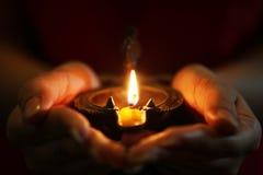 Lampe à pétrole dans des mains Image libre de droits